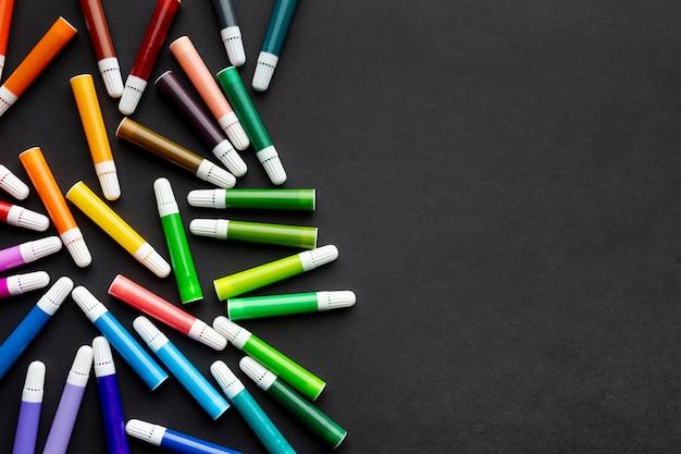 Плоская раскладка красочных маркеров с копией пространства