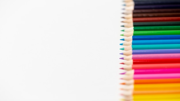 コピースペースでカラフルな鉛筆のフラットレイアウト