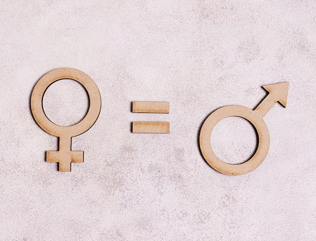 Мужские гендерные символы равны женскому гендерному символу на мраморном фоне