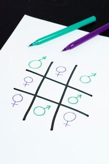 女性と男性のジェンダーシンボル平等で遊ぶ三目並べゲーム