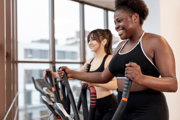 Женщины тренируются на беговой дорожке