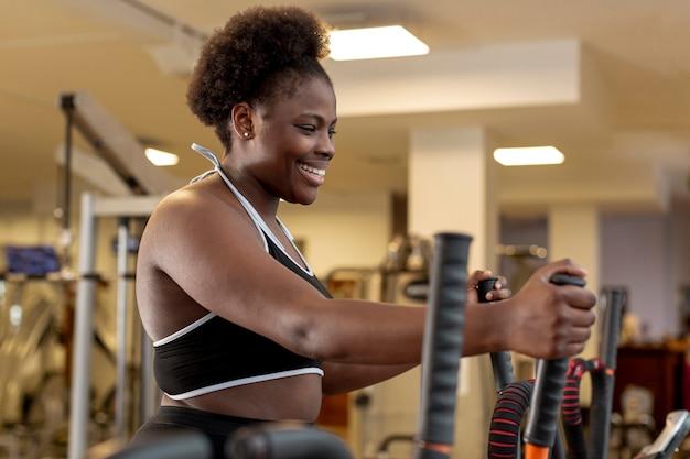 Низкая угловая тренировка женщины на беговой дорожке