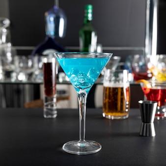 クローズアップ新鮮なアルコールカクテルを提供する準備ができて