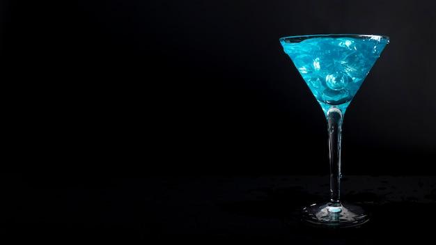 クローズアップの新鮮なアルコール飲料を提供する準備ができて