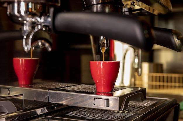 液体を注ぐクローズアッププロのコーヒーマシン