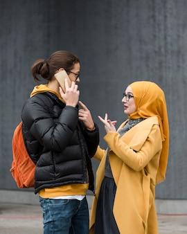 Молодая женщина, объясняя что-то своему другу