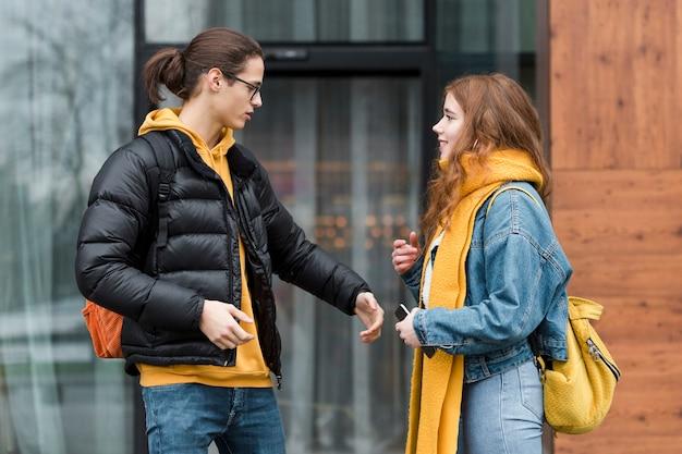若い男が少女の手をつかむに達する