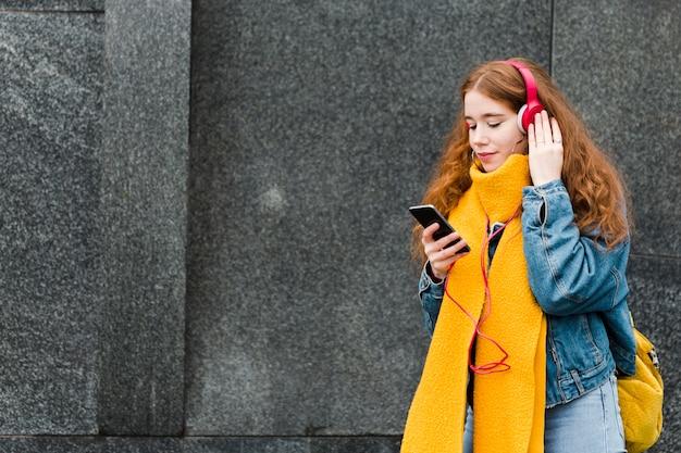 Портрет милой молодой девушки, слушать музыку