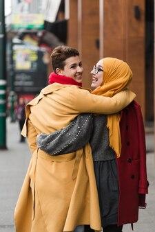 一緒に歩く若い女の子の背面図