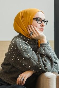 Портрет привлекательная молодая мусульманская девушка позирует