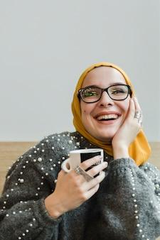 笑っている若いイスラム教徒の女性の肖像画