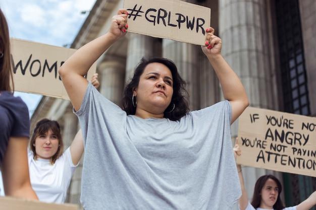 一緒にデモを行う女性の抗議者のグループ