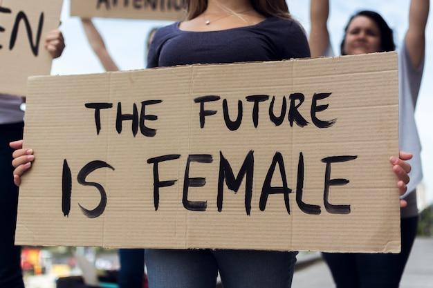 抗議している女性活動家のグループ