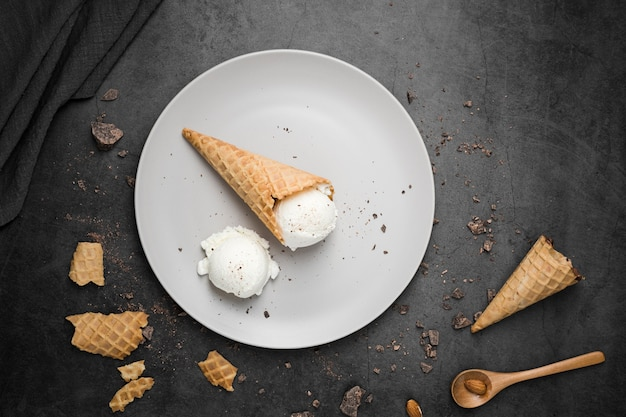 コーンにアイスクリームとトップビュープレート