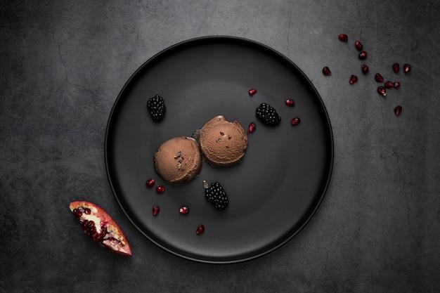 Вид сверху тарелка с шоколадным мороженым