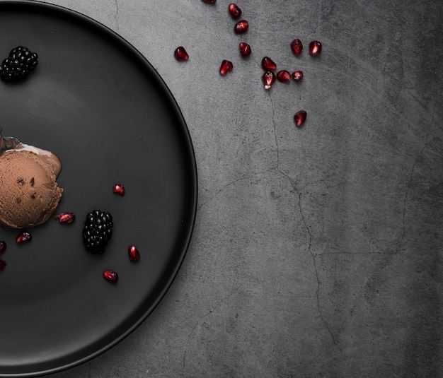 Шоколадное мороженое крупным планом на тарелке