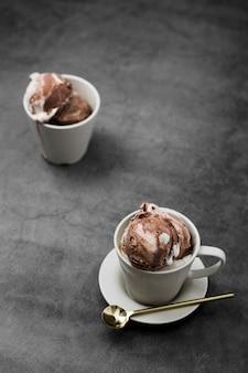 Мороженое под большим углом подается в чашках