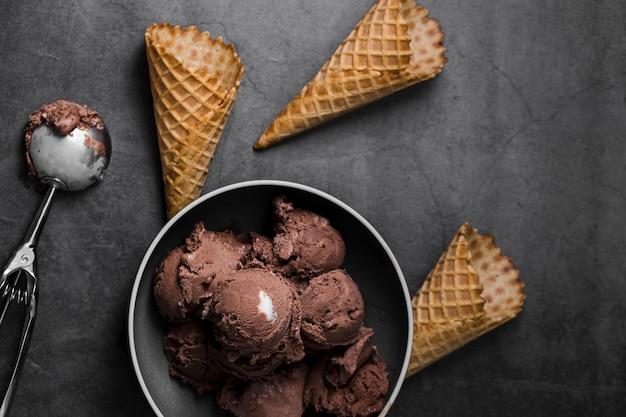 Чаша с шариками мороженого рядом с мороженым