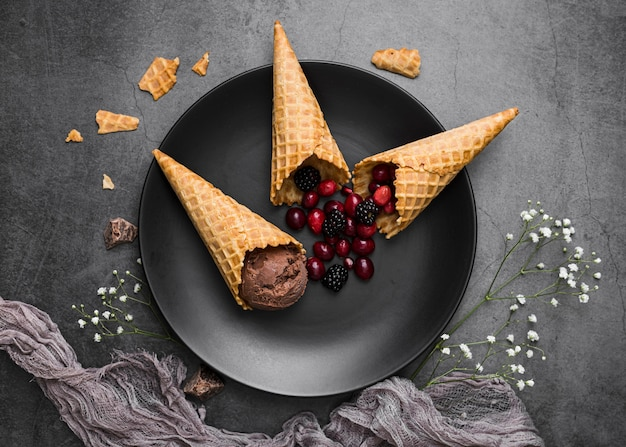 Мороженое на шишках подается на тарелке