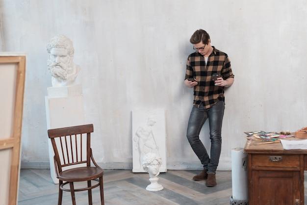 彼のスタジオに滞在するロングショットアーティスト男