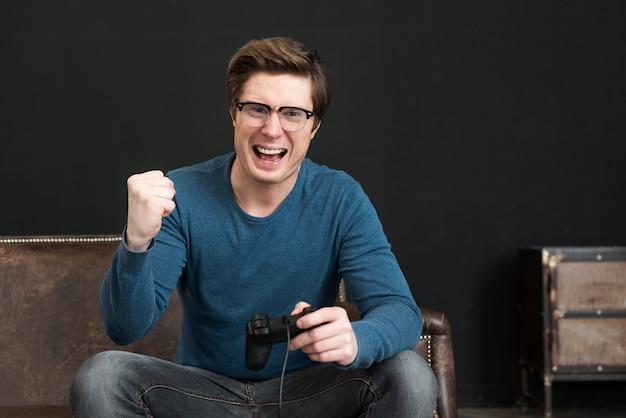 Взрослый выигрывает, играя в видеоигру