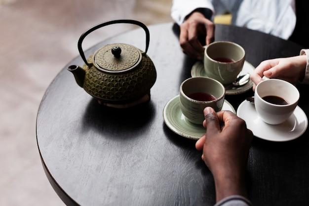 コーヒーを飲んでいる友人