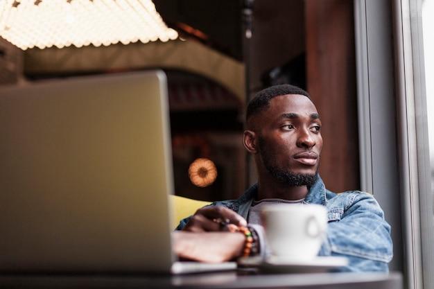 Современный афроамериканский мужчина, глядя в сторону