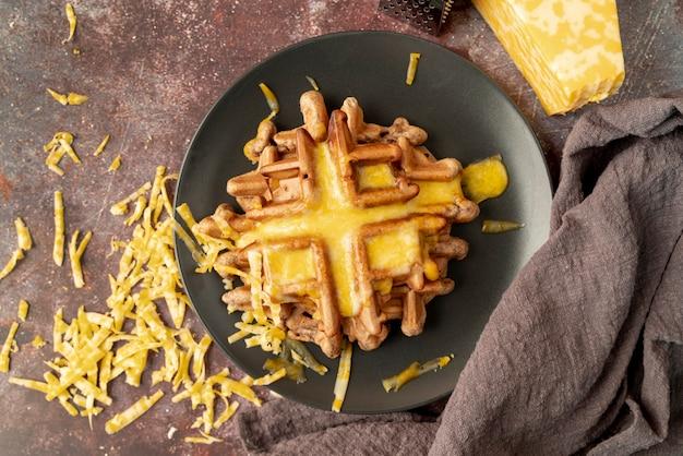 溶けたチーズとプレートのワッフルのトップビュー