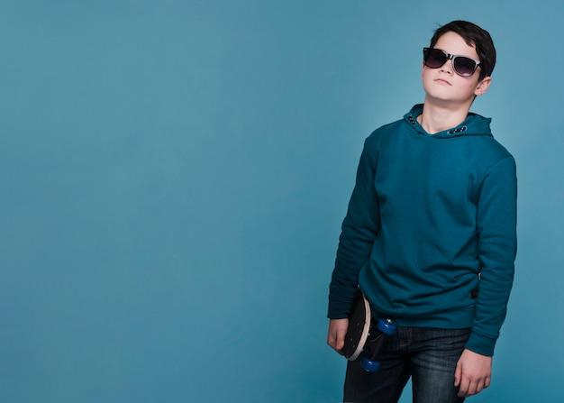 Вид спереди современного мальчика с копией пространства
