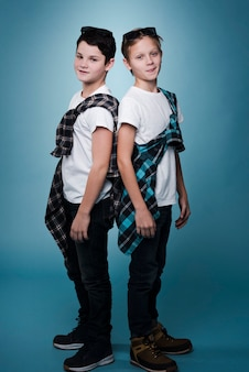 Полный снимок мальчиков с очками позирует с копией пространства