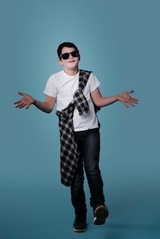 Вид спереди современного мальчика с солнцезащитные очки позирует