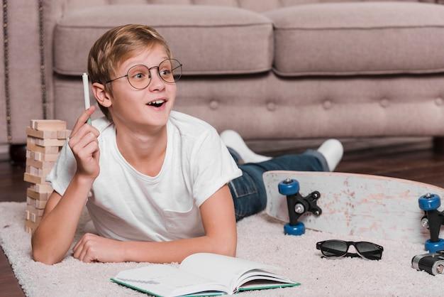 Вид спереди современной концепции мальчика