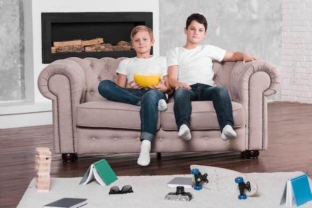 Длинный выстрел мальчиков, сидящих на диване
