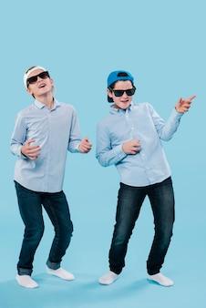 Полный снимок современных мальчиков, с удовольствием