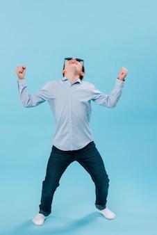 Полный снимок современного мальчика с очками