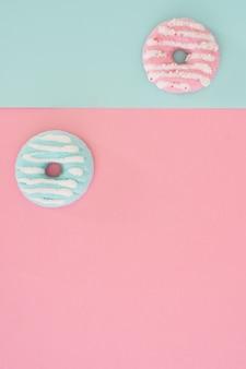 コピースペースでカラフルな艶をかけられたドーナツの品揃えのフラットレイアウト