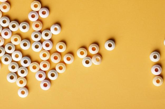 カラフルな丸いお菓子のフラットレイアウト