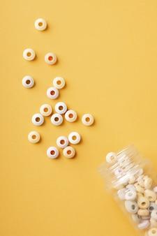 Вид сверху красочные круглые конфеты с прозрачной банкой