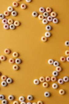 Плоская кладка разноцветных конфет