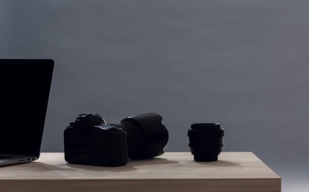 Минималистский объектив камеры на столе с копией пространства