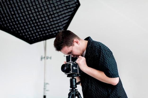 撮影のためのスタジオの準備の男