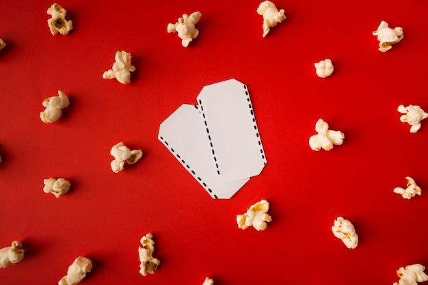 Вид сверху композиции фильма на красном фоне