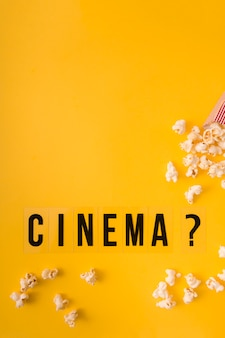 Вид сверху кино надписи на желтом фоне с копией пространства