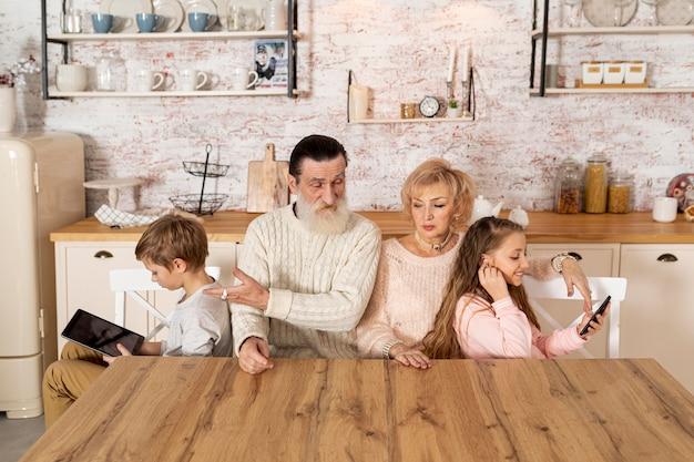 Внуки проводят время с бабушкой и дедушкой