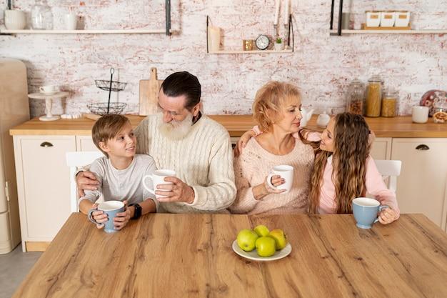 Внуки проводят время вместе с бабушкой и дедушкой
