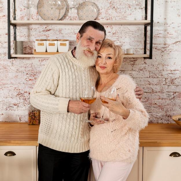 正面の年配のカップルのポーズ