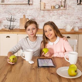 Братья и сестры вместе проводят время на кухне