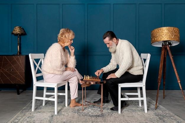 チェスをする年配のカップル