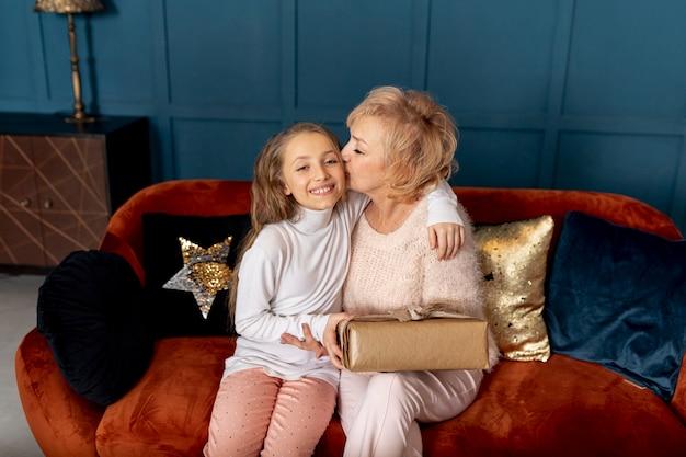 自宅で彼女の祖母との時間を過ごす少女
