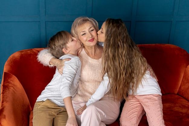 Вид спереди братьев и сестер, проводить время вместе со своей бабушкой